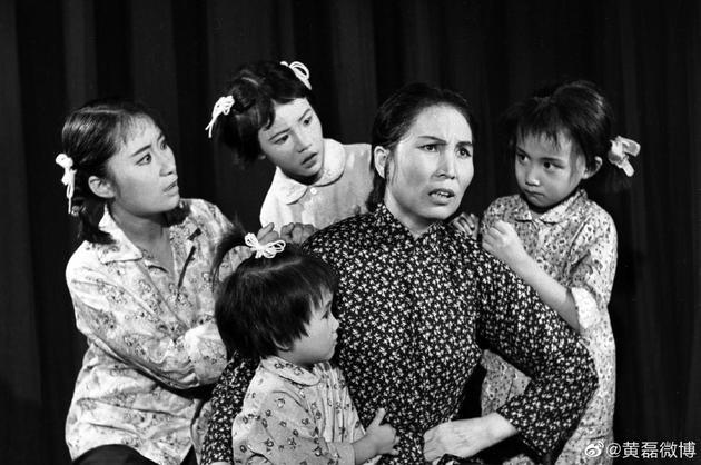 黄磊童年曾男扮女装演舞台剧 模样和女儿多妹超像