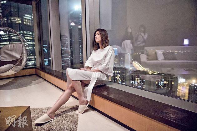 陈慧琳不经意地秀出美腿。