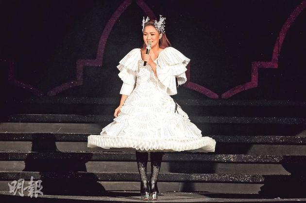 黎瑞恩相隔16年在红馆举行演唱会,事前积极减肥的她昨晚(4月5日)以一曲《阳光路上》揭开序幕。