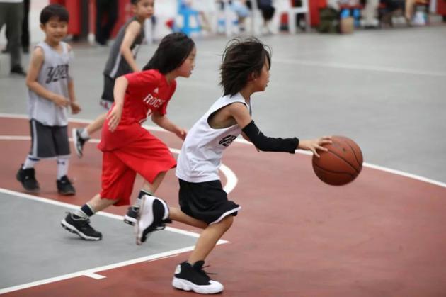邓超背后的女强人孙俪晒儿子打篮球照片,网友称:随邓超的黑了