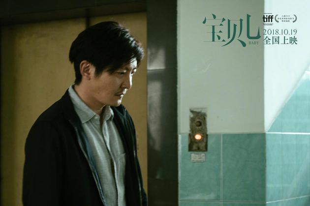郭京飞饰演忍痛抛弃生病儿的父亲