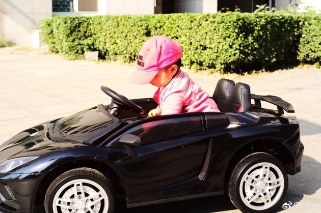 周一围的追风女孩 朱丹晒女儿跑车照