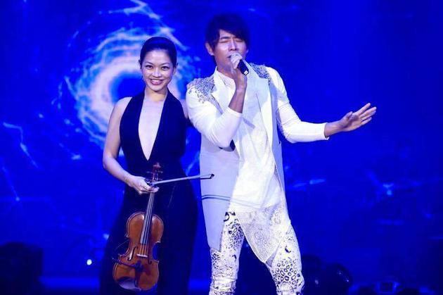 另结新欢,跟在第53届金钟奖颁奖典礼辣露侧乳的小提琴手康妮媚有暧