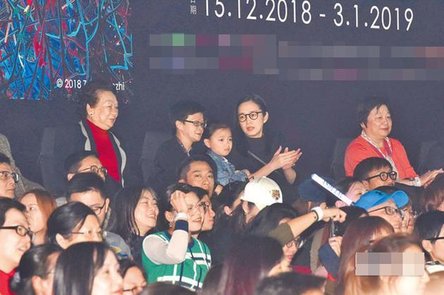 刘德华老婆朱丽倩(右)带着女儿刘向蕙(中)坐在台下欣赏演出。