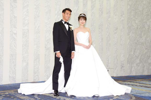 高梨临和槙野智章举走婚礼