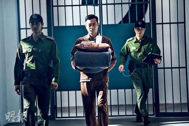 古天乐(中)为查案不惜犯事混进监狱。