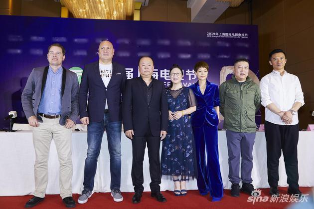 第25屆上海電視節評委合照,高希希(左三)爲本屆白玉蘭獎電視劇單元評委會主席。