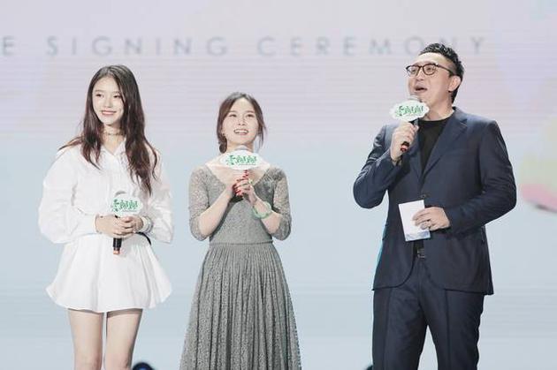 """林允亮相南京透露《美人鱼2》即将""""揭面"""""""