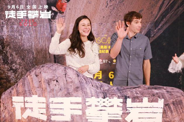导演之一伊丽莎白·柴·瓦沙瑞莉与亚历克斯参加北京首映礼