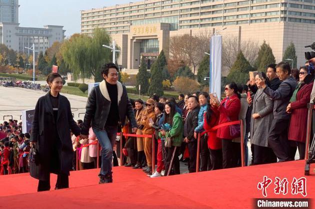 閉幕式前,嘉賓亮相紅毯。 李佩珊 攝