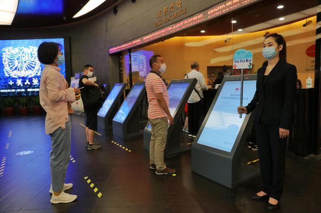 国家大剧院重新开放参观 观众排队间隔一米