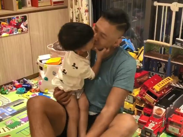 3岁飞飞强吻爸爸陈建州 网友:一定是和妈妈学的