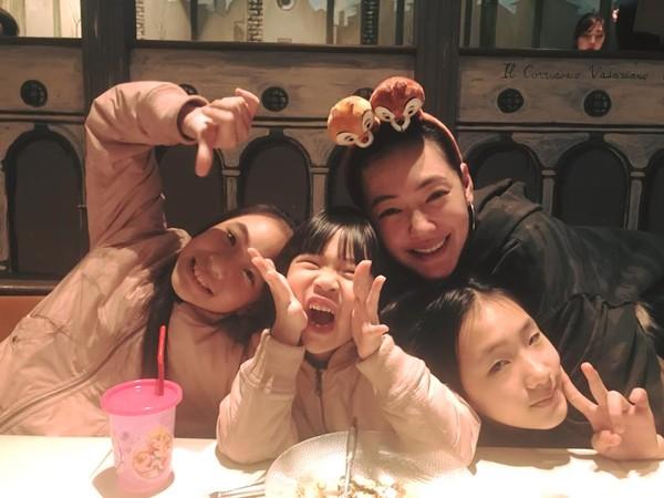 小S和3个女儿的感情都很好。