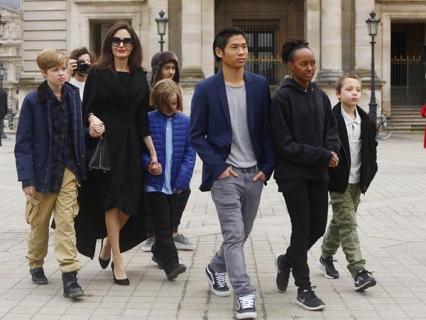 朱莉与6个孩子