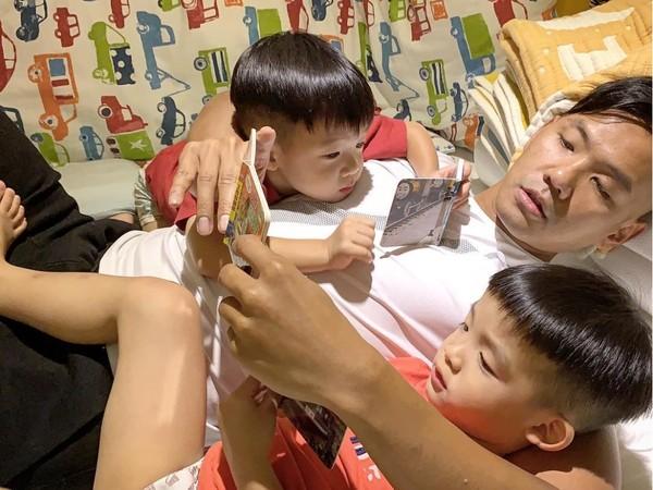 陈建州给儿子们讲睡前故事