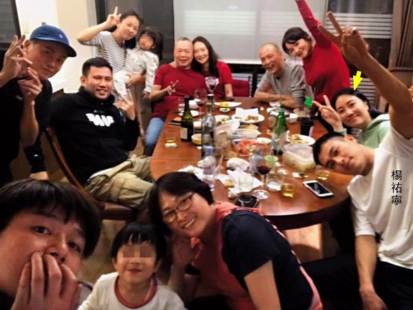 今年大年初一杨祐宁(前排右一)全家福聚餐,Melinda(箭头处)也以女友身份出现,俨然已是杨家一分子。