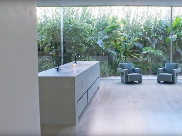 卡戴珊豪宅洗手池是平的。