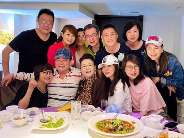 陈莎莉(前排中)与陈美凤等好友吃饭聚会,素颜模样意外曝光