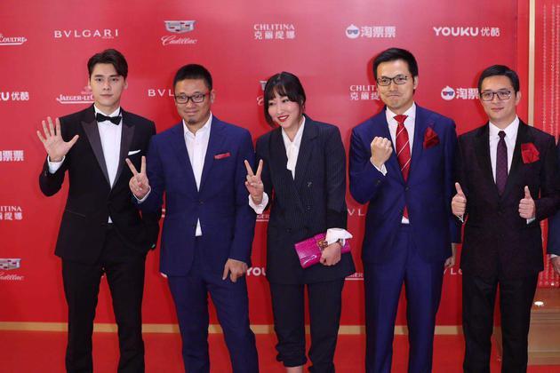 上海电影节开幕红毯,陈祉希(中)与《动物世界》剧组