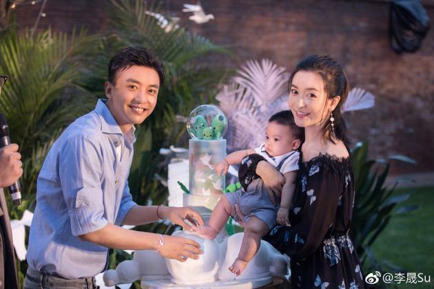 李晟生日晒儿子正面照 萌娃给妈妈送花被赞超懂事