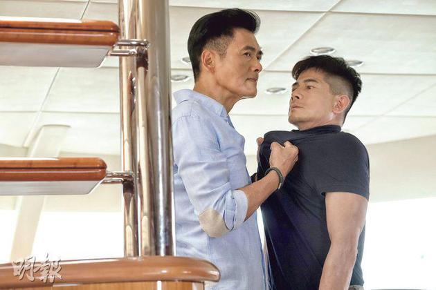 两大影帝周润发(左)与郭富城(右)在电影《无双》中斗演技,戏迷有眼福。