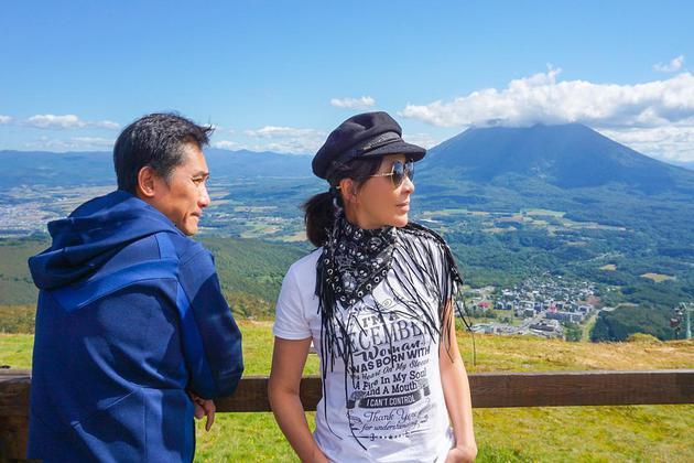 刘嘉玲与梁朝伟在北海道合照