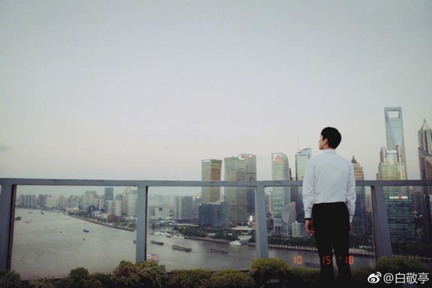 白敬亭生日当天喜提杀青 站桥上望向天空道别
