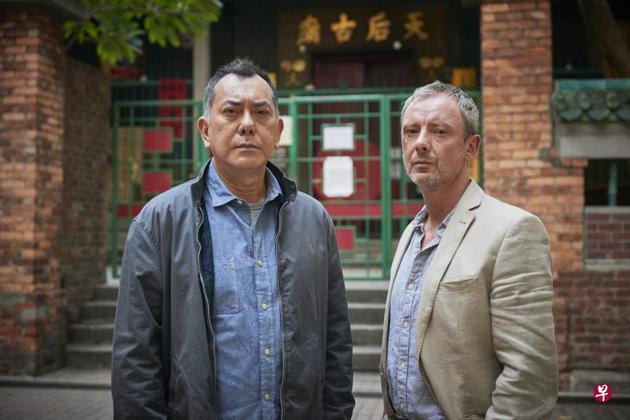 黄秋生(左)与英国演员约翰森合演英剧《陌路追凶》。