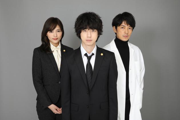 日劇《無罪~冤罪律師~》演員左起川口春奈、坂口健太郎、藤木直人