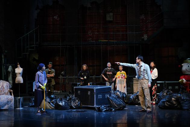 """戏中中间外演都荟萃在""""侧台"""",逆映不都雅多平时望不到的一角。上剧场供图"""