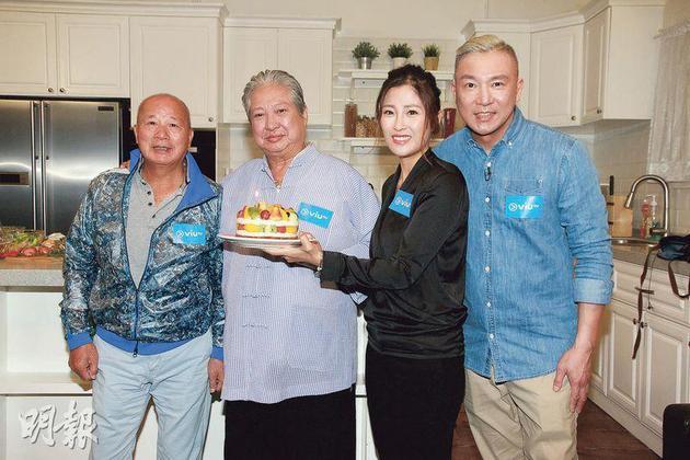 周家蔚(右二)捧着生日蛋糕,與劉家榮(左一)及劉永健(右一)父子一起爲洪金寶(左二)賀壽。