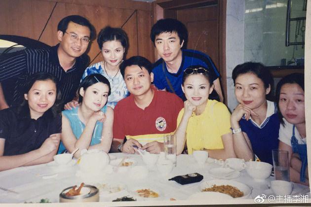 李湘晒湖南台同事聚餐旧照 人群中肤白貌美很吸睛