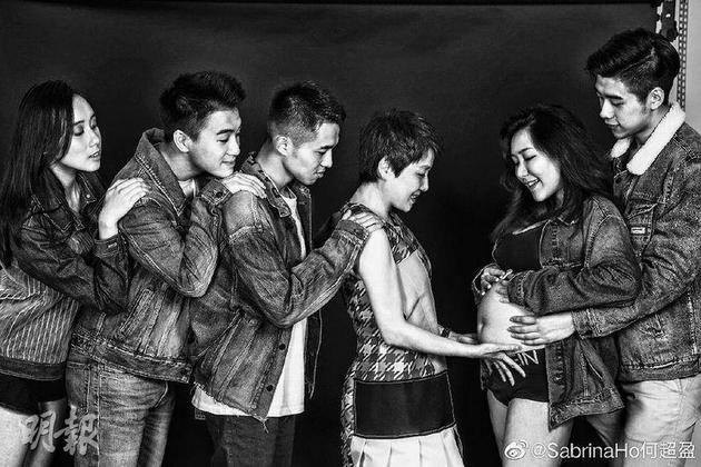 辛奇隆(右起)從後摟着何超盈,四太輕撫女兒的孕肚,弟弟何猷亨與何猷君及妹妹何超欣都注視着。