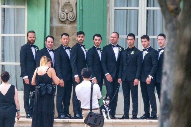 二乔与爱妻法国办浪漫婚礼 乔纳斯兄弟齐现身庆祝