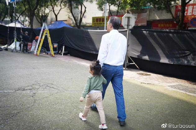 """""""老年""""邓超与儿女合影 孙俪感慨他为人父后的蜕变"""