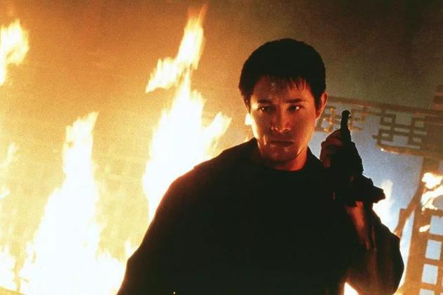 李连杰1997年开始转向好莱坞发展,2000年其主演的第一部好莱坞电影《致命罗密欧》在北美上映