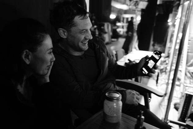 主演汤姆·哈迪曝出了数张片场照