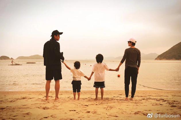 邓超和孙俪带等等、小花海边游玩