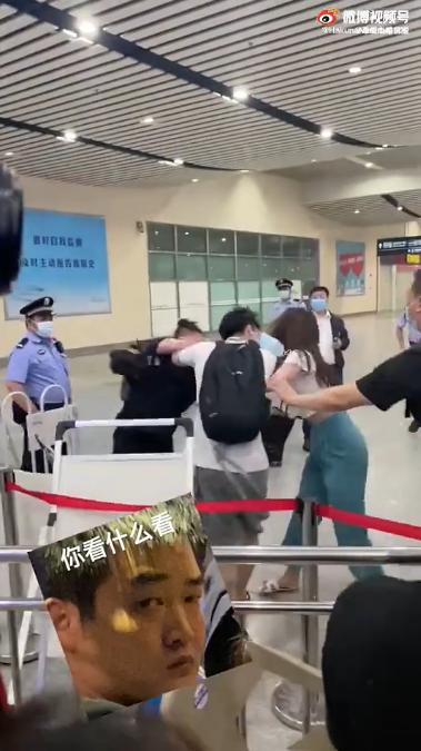 时代峰峻工作人员机场打人 马嘉祺在旁欲伸手劝阻