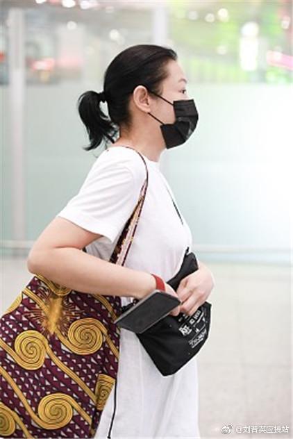 刘若英用包挡着小腹被疑怀孕