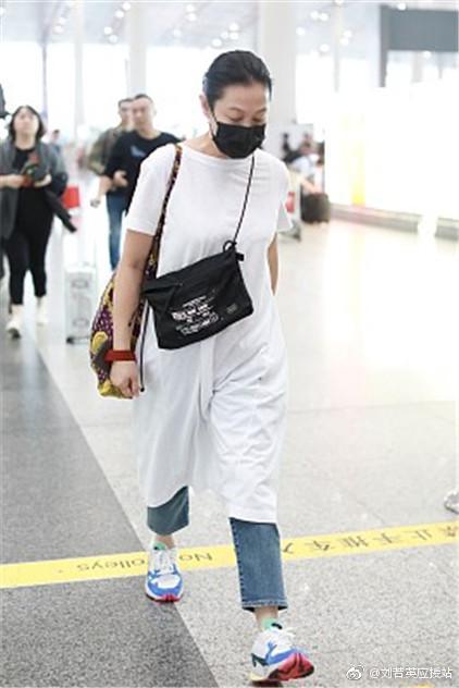 刘若英机场照穿着宽松被疑怀孕