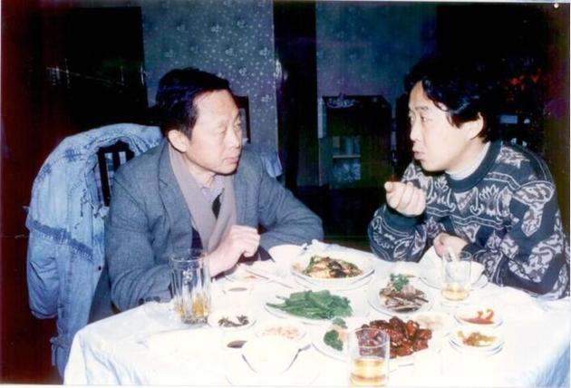 黃一鶴與我喝着小酒,聊着春晚。