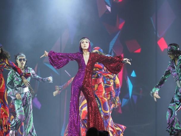 97杨千嬅演唱会意外摔倒被伴舞扶起后继续表演