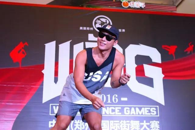 2016年,在中国郑州街舞大赛广州赛区上担任Hiphop裁判的亮亮(图片来自网络)