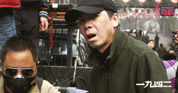 冯小刚在重新复原的1942年重庆街道指导拍摄《1942》