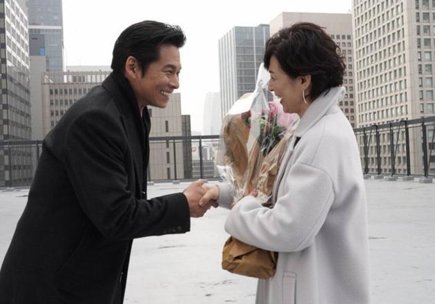 铃木保奈美与织田裕二握手