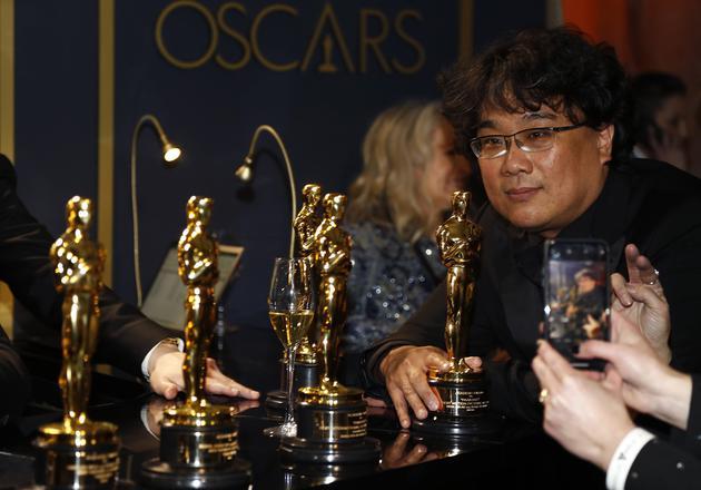 《寄生蟲》在奧斯卡攬括四項大獎,導演奉俊昊與獎盃合影