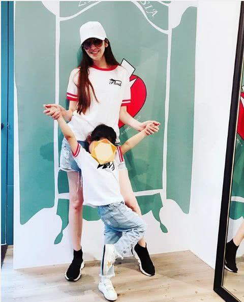 吴佩慈与女儿穿亲子装同框 母女双手相牵有爱温馨