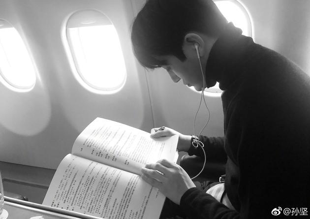 孙坚在飞机上研读剧本。