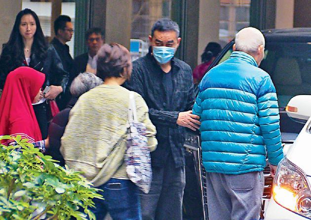 刘青云郭蔼明陪父母望大夫